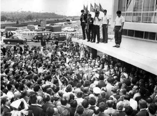 FABRİKA BONMONTİ'DEN, E-5 ÜZERİNE ORADAN DA EDİRNE'YE TAŞINDI Pe-Re-Ja firması E-5 üzerine taşınmadan önce, ilk olarak 1956 yılında Haliç'in kuzeyindeki üç sanayi merkezinden biri olan Bomonti'de Pepo Yasef tarafından kurulan bir tesiste üretime başladı. Bomonti sanayi alanının oluşumu 19'uncu yüzyıl sonlarında başlamakla birlikte esas gelişmesi 1955 sonrasında oldu. 1966 yılına gelindiğinde bu alanda küçük ve orta boy toplam 119 sanayi tesisi bulunmaktaydı ve bunların yaklaşık üçte biri kimyevi maddeler kolunda toplanmıştı. E-5'TEKİ FABRİKANIN MİMARİSİ DİLLERE DESTANDI Seyfi Arkan tarafından 1963-66 yılları arasında tasarlanarak inşa edilen Pe-Re-Ja Kolonya Fabrikası da ithal ikameci dönemde E-5 aksı üzerinde kurulmuş olan sanayi yapıları arasında yer aldı. 15 Temmuz 1966 yılında aramızdan ayrılan ünlü mimarın son yapılarından olan kolonya fabrikasının temeli, 4 Mart 1966 tarihinde -su yerine kolonya dökülerek-atıldı.9 Temmuz 1967 tarihinde dönemin başbakanı Süleyman Demirel tarafından açılan Pe-Re-Ja Kolonya Fabrikası'nın açılış törenine İstanbul Valisi Vefa Poyraz ve İstanbul Belediye Başkanı Haşim İşcan'ın yanı sıra seçkin bir davetli topluluğu katıldı.