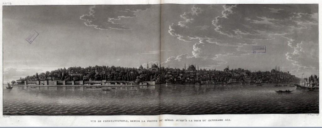 """Kartpostalların üzerinde artık ismi İstanbul olmasına rağmen söz ederken hâlâ """"Konstantinopolis"""" olarak söz etmesi, Avrupa'nın o dönemdeki bakış açısını belgeliyor. Fotoğraf: Eminönü kıyı şeridi."""