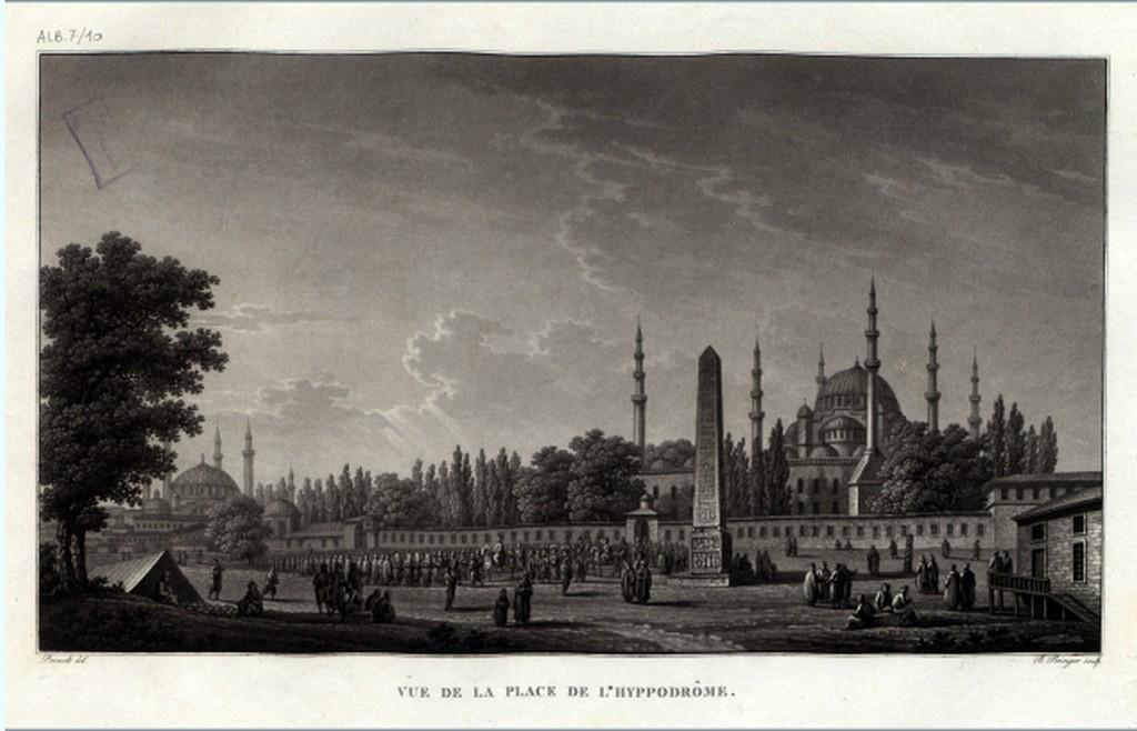 Kartpostalların altındaki yazıların Fransızca olması göze çarpıyor. Fotoğraf: Sultanahmet Meydanı. Hipodrom Meydanından görüntü.