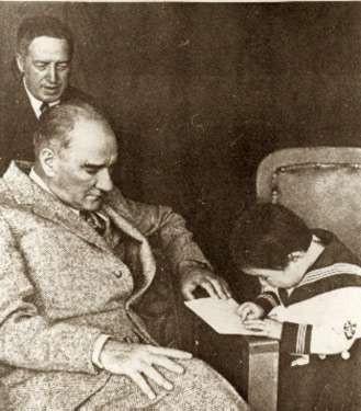 Atatürk'ün eğitime verdiği önem hem Türk halkının kendisini yetiştirmesi hem de bilgi ve eğitimleri ile ülkeyi kalkındırmaları istemesinden kaynaklanır.