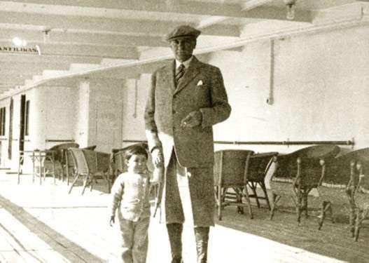 Atatürk, sağlığında manevi kızı Ülkü Adatepe ile sık sık fotoğraflara poz vermiş, bu görüntülerdeki samimiyet ve sıcaklık bugünlere kadar ulaşmıştır.
