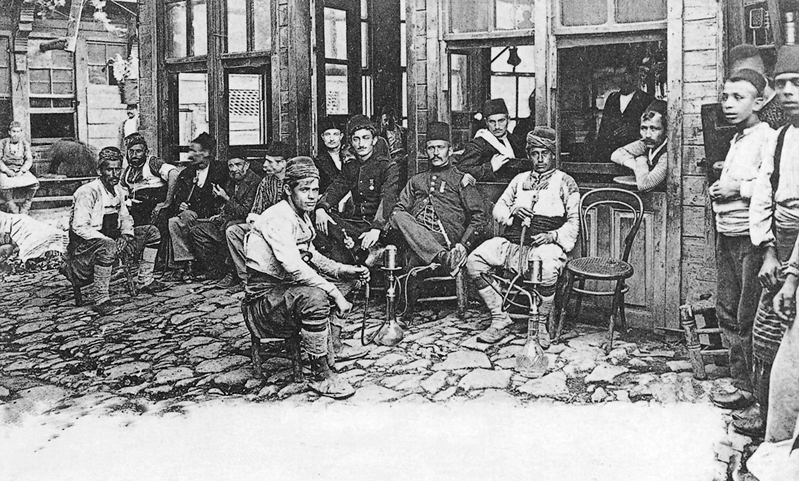 """RAMAZANDA DAVULCULAR YASAKLANDI Ramazan ayında geceleri bekçilerin davul çalması, kahvehanelerde tavla, dama benzeri oyunlar oynanması ve meddahların hikayeler anlatarak etraflarında seyircilerin toplanması gibi köklü gelenekler yasaklanmıştı.  İstanbul'da etkili olan 1836-1837 yıllarındaki veba salgınında yaklaşık olarak 25 bin kişinin öldüğü tahmin ediliyor. BEYOĞLU SOKAKLARINDA MUŞAMBA İLE DOLAŞANLAR Bu salgın döneminde, Beyoğlu sokaklarında yabancıların siyah muşambalar giyerek dolaşmaya başladığına tanık olundu.  1834 yılında söz konusu hastalığın tedavisinde kullanılmak üzere başarılı sonuçlar sağlayan bir """"yakı""""nın 2'nci Mahmud'un başhekimi Ahmed Necib Efendi tarafından geliştirildiği biliniyor. İLK RESMİ KARANTİNA 1838'DE Osmanlı Devleti tarihinde ilk kez, 2'nci Mahmut döneminde 1838 yılında resmi olarak karantina kararı alındı. Bir yıl sonra 1839 yılında """"Karantina Nazırlığı"""" kuruldu. GEMİLER BEKLETİLDİKTEN SONRA GEÇİŞİNE İZİN VERİLDİ Karantina kararı gereğince Avrupa'dan gelen gemiler Çanakkale Boğazı'nda, Asya'dan gelen gemiler ise Kızıldeniz'de belli bir süre bekletilmeden geçişlerine izin verilmedi.  Alınan önlemler sonucunda 1840 ve 1844 yılları arasında veba salgını gerilemiş olsa da bu tarihlerden sonra yine patlak verdi.  HAÇ'TAN GELENLER KARANTİNAYA ALINDI Bu dönemden sonra özellikle Haç'tan gelen kişilerin karantinada belli bir süre tutulduktan sonra evlerine gitmelerine izin verildi. VEBA SALGINI EKONOMİYE ETKİ ETTİ Veba salgınında ölenlerin büyük çoğunluğunu Gayrimüslimler oluşturdu.  Bu da cizye gelirlerinde yani ülkede yaşayan Müslüman olmayanlardan alınan vergide ciddi anlamda bir düşüş yaşandı. İstanbul ekonomisi üzerinde birçok farklı düzlemlerde gerçekleşen etkileri oldu.  VERGİ MÜKELLEFLERİ AZALDI Cizyeye tabi vergi mükellefleri yani Rumlar, Ermeniler ve Yahudiler özellikle Mudanya, Tuzla, Gemlik taraflarındaki kasaba ve köyler ile Tekfurdağı, Malkara, Keşan, İpsala, İnöz, Şarköy, Gelibolu civarlarına yerleşmeyi tercih ettiler. İstanbul c"""