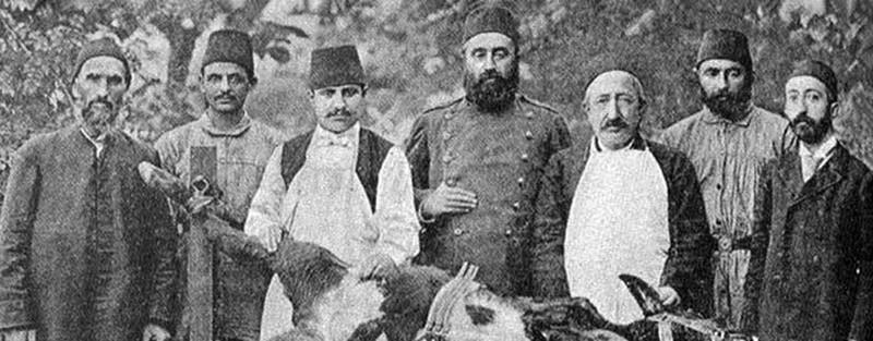 """(Dar'ül Kelb Ameliyathanesi-1887) 1891'DE MÜFREDATA """"BAKTERİYOLOJİ"""" DERSİ KONULDU Abdülhamid Han, 1891 yılında tıp üniversitelerinin yani o zamanki adıyla mekteplerinin müfredatına """"bakteriyoloji"""" adıyla bir ders koydurttu. Bundan sonra 1893 tarihinde aynı ders Veteriner Mektepleri'nde de okutulmaya başlatıldı. 1893'DEKİ KOLERA SALGINI BİLİMSEL ARAŞTIRMALARIN BAŞLANGICI OLDU Fransız uzman Dr. Andre Chantemesse İstanbul'a getirildi. Chantemesse, İstanbul'da kaldığı 3 ay boyunca kolera salgınıyla ilgili ciddi çalışmalar yaptı. Padişahın """"İstanbul'da bir mikrobiyoloji laboratuvarı kurun"""" teklifi üzerine de kendisinin kalamayacağını ancak yine bir Fransız uzman olan Dr. Maurice Nicolle'ü tavsiye edebileceğini ifade etti."""