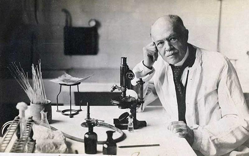 """(Maurice Nicolle)  OSMANLI'NIN İLK MİKROBİYOLOJİ LABORATUVARI: BAKTERİYOLOJİHANE-İ OSMANİ Abdülhamid, Dr. Nicolle'le temasa geçti ve bu uzman da aynı yıl İstanbul'a getirtildi. Kendisine Gülhane Tıbbiye Mektebi civarında bir bina tahsis edilen Nicolle, Türk tarihinin bu ilk mikrobiyoloji laboratuvarında çalışmalarına başladı. """"Bakteriyolojihane-i Osmani"""" adını taşıyan bu kurum, daha sonra binanın yetersiz olması ve mikrobiyoloji çalışmalarının kapsamının artmasından ötürü, Nişantaşı'ndaki Süleyman Paşa Konağı'na nakledildi."""