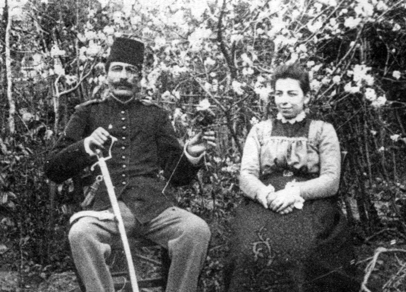 OSMANLI'DA İLK BİLİMSEL ARAŞTIRMA KURUMU (Veteriner bakteriyolog kolağası Mustafa Adil Bey ile eşi Nezihe Hanım evlerinin bahçesinde) Nicolle'ün öncülüğünde 1894'te Nişantaşı'nda kurulan Bakteriyolojihane-i Osmani, ülkemiz tarihindeki ilk modern bilimsel araştırma kurumu oldu.  Veteriner bakteriyolog Mustafa Adil Bey de bu kurumda önemli bilimsel araştırmalar yaptı.