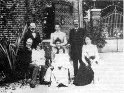 (Pasteur Enstitüsü'nün Paris'te bulunan, günümüzde de mevcut olan binasının yan kapısı önünde çekilmiş bir fotoğraf. Ayıkta sağ başta Mustafa Adil Bey, oturanlardan ortadaki Maurice Nicolle'ün kardeşi ve Charles Nicolle.)