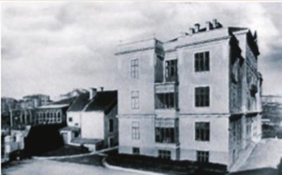 (Fransız Pastör Hastanesi İstanbul'da hizmete açıldı-4 Ocak 1896) FRANSIZ VEBA HASTANESİ VARDI Osmanlı'da ilk yabancı özel hastane olan Fransız Pastör Hastanesi, Taksim Elmadağ'da 2'nci Abdülhamit tarafından hediye edilen arsa üzerine yapıldı ve hizmete açıldı. Elmadağ'daki araziye, hasta denizciler için 1719 yılında barakadan, mütevazı bir hastane yaptırılmıştı. Daha sonra Fransız Veba Hastanesi adını alan hastanenin arsasını 2'nci Abdülhamit Fransızlara bağışladı. 1896 yılında baraka yıkılıp bugünkü bina inşa edildi. Konforlu odaları ve zamanın en modern teknolojisiyle önemli sağlık merkezleri arasında sayılan hastane, 1925'te Fransız Pastör (Pasteur) Hastanesi adını aldı. 1991 yılında faaliyetine son verildi.