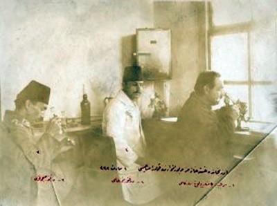 (Kızılay'ın Erzincan Hastanesi laboratuvarındaki kolera çalışmalarından (1916). Sağdan sola: Sertabip Bakteriyolog Server Kamil, Dr. Nuri Ali, Dr. Subhi Fahri. (Kızılay Fotoğraf Arşivi)