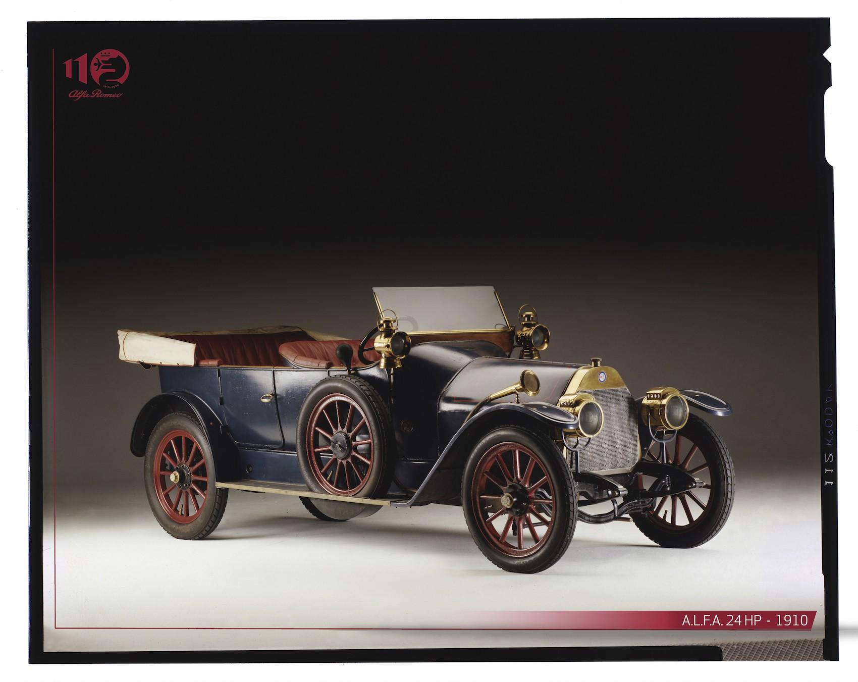 """1906 yılında Napoli kentine gelen Fransız otomobil girişimcisi Darracq, Alfa Romeo'ya temel teşkil edecek fabrikayı kurarken daha sonrasında işi devralan Ugo Stella, efsane tasarımcı Giuseppe Merosi ile birlikte ürettiği 24 HP ile Alfa efsanesini başlattı.  Birinci Dünya Savaşı'nın ardından tekniğini giderek daha da geliştiren şirket, Nicola Romeo'nun patron olmasıyla hem yol hem de yarış pistlerinde, başarıdan başarıya koştu ve İtalyan estetiğinin dünyadaki simgesi haline geldi. HİKAYENİN ÇIKIŞ NOKTASI FRANSA Açılımı """"Anonima Lombarda Fabbrica Automobili"""" olan Alfa'nın hikayesi resmi olarak 24 Haziran 1910 tarihinde kurulmasından birkaç yıl önce Fransa'da başladı. Bordeaux şehrinde bir bisiklet fabrikasının sahibi olan Fransız girişimci ve teknik ressam Pierre Alexandre Darracq, otomobillere yatırım yapmak ve üretim gerçekleştirmek istiyordu. Bu konuda hazırlıklarını tamamladıktan sonra otomobil üretim hayalini gerçekleştiren Darracq, zaman içerisinde İngiltere ve İtalya'da şubeler açarak ihracata da başladı. İtalya faaliyetlerine ise ilk olarak 1906 yılında Napoli kentinde başlayan Darracq, bu kentin Fransa'ya uzak kalmasının da etkisiyle odak noktasını Milano'ya çevirerek Portello bölgesinde üretim kararı aldı. O dönemin İtalyası'nda halkın satın alma gücü Fransa'ya kıyasla düşüktü ve yollarda sadece birkaç bin otomobil bulunuyordu. Potansiyel İtalyan müşterilerin beklentileri ise Pierre Alexandre Darracq'ın ürettiği otomobillerin çok daha üzerinde bir lüks ve estetik anlayış barındırmaktaydı. Darracq, İtalyan zevkine uygun olmayan otomobillerinin üretimine devam etmek istemeyerek 1909 yılının sonlarında şirketini tasfiye etti.  MİLANO'LU CESUR GİRİŞİMCİ: CAVALİER UGO STELLA Darracq'ın şirketinde genel müdür olarak çalışan İtalyan Cavalier Ugo Stella, girişimci bir ruhla tasfiye sürecinin sonrasında bu şirketi satın almaya karar verdi. Milano Tarım Bankası'ndan aldığı destekle harekete geçen Stella, daha önce Darracq'ın fabrikasında çalışmış 200'den fazla insanı """