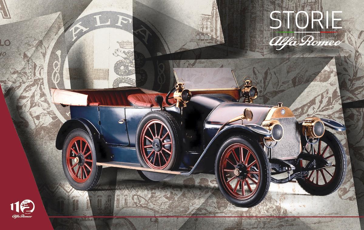 """MEROSİ'NİN ESERİ: DÜNYANIN EN ŞIK ARACI ALFA ROMEO RL 1921 yılının Kasım ayında, Londra Otomobil Fuarı'nda tanıtılan Alfa Romeo RL için İngiliz basınında; """"İtalyanların dünyanın en şık araçlarına cevabı."""" şeklinde ifadeler yayınlandı. Otomobilin kurallarını yeniden yazan ve yine Merosi'nin eseri olan RL, saatte 110 kilometreye ulaşan hızı ve bununla birlikte kontrollü sürüşe sahip olmasıyla ilgi odağı oldu. Otomobilin 3 litre hacimli, 6 silindirli, monoblok gövdeli ve 56 HP güç üreten motoru, çıkarılabilir silindir kafası ve üst kapak sistemi ile kontrol edilen supaplara sahip olmasıyla da dikkat çekti. 1923 yılında iki özel Corsa yarış versiyonu daha meydana getiren Merosi, otomobil ağırlığını 980 kilograma düşürdü. İki araç da ünlü Targa Florio yarışını kazanarak büyük başarı elde ettiler. Otomobilin yan tarafında beyaz zemin üzerine boyanmış yeşil bir dört yapraklı yonca ile başlangıç çizgisinde yerini alan Pilot Ugo Sivocci, uzun zaferler serisinin ilki olan 15. Targa Florio yarışında zafer kazandı. İtalyanca'da Quadrifoglio olarak telaffuz edilen 4 yapraklı yonca, marka tarihinin sembollerinden biri oldu.  YARIŞ DÜNYASINDA GELEN ZAFERLER  Seri üretim yarış otomobilleri serisini özel üretim Grand Prix yarış otomobillerinden ayırmaya karar veren şirket, pilot Enzo Ferrari'nin tavsiyesiyle motor ve şasi mimarisinde uzman olan mühendis Vittorio Jano ile çalışmaya başladı. """"Düşük hacimli yüksek sıkıştırmalı motor"""" gibi yenilikçi fikirler neticesinde üretilen GP P2 yarış otomobili, Cremona yarış pistinde Ascari pilotajında ortalama 158 km/s hıza ulaşarak tüm rakiplerini geride bıraktı. P2 ile kazanılan zaferler Alfa Romeo'yu yarış dünyasının zirvesine taşırken, marka 1925 yılında Uluslararası Onaylı Otomobil Kulüpleri Birliği tarafından düzenlenen ilk Grand Prix Dünya Şampiyonası'nda da büyük bir zafere imza attı. Alfa Romeo logosu, söz konusu zaferin anısına bir defne çelengi ile çevrelendi."""