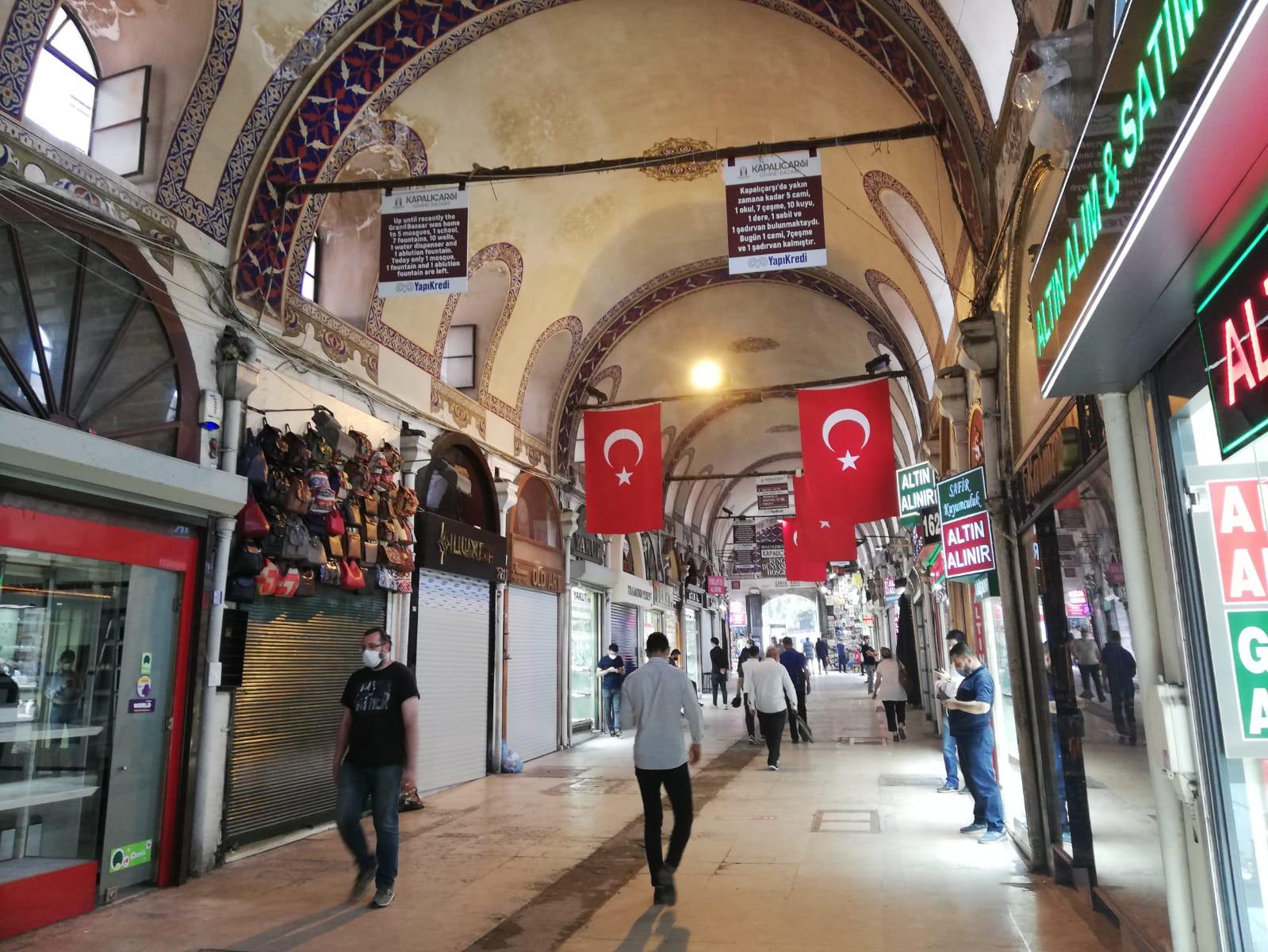 Çarşının birçok kapısı ve farklı branşlarda yoğunlaşan sokakları mevcut. Beyazıt, Nuruosmaniye, Mahmutpaşa üçgeninin içinde geniş bir yere sahip olan Kapalı Çarşı, halen dünyanın en büyük çarşısı olma özelliğini sürdürüyor.