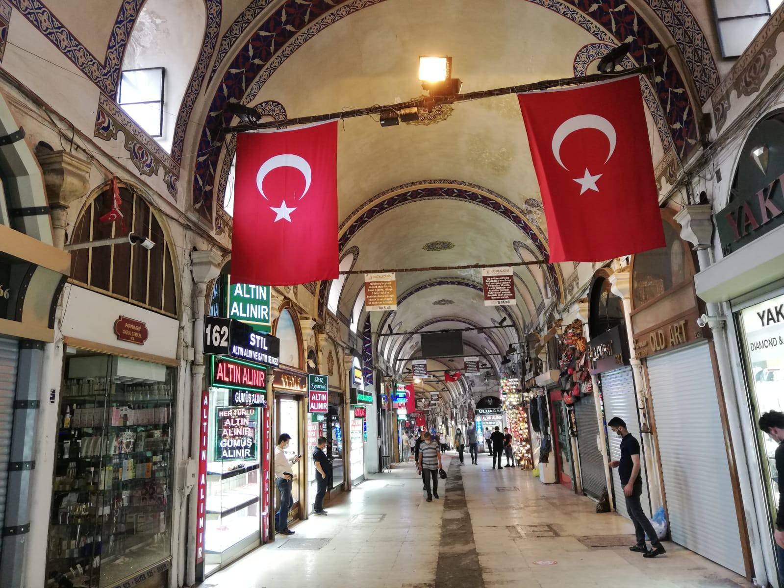 Kapalı Çarşı, kurulduğu günden bu yana yüzyıllar boyunca nice salgın ve yıkıcı yangın felaketlerinden dimdik çıkmış bir mekan. İstanbul'un simgelerinden olan çarşının bugünleri de atlatması ve ışıltılı günlerine tekrar kavuşması bekleniyor.