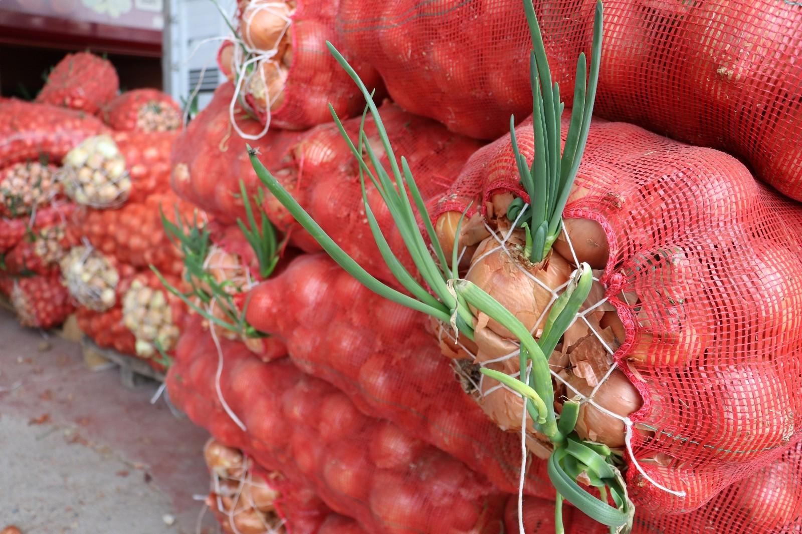 Tonlarca sebze meyve hal esnafının elinde kaldı