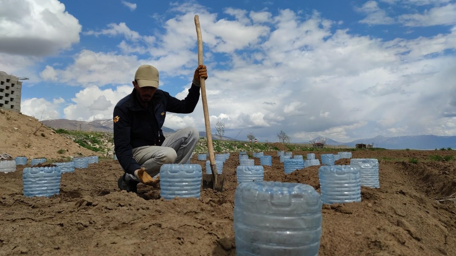 Vanlı çiftçi, 100 adet pet bidonla sera kurdu