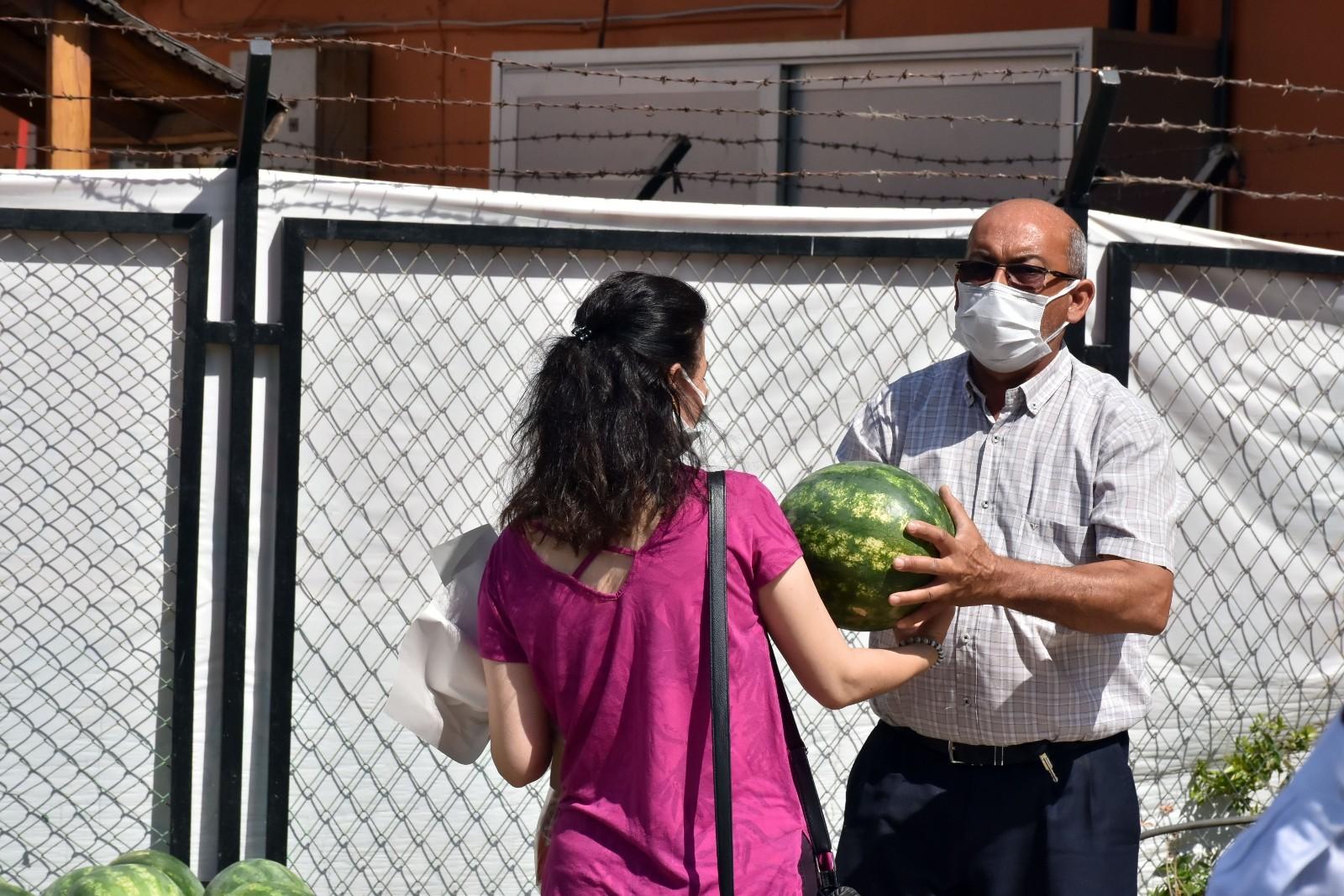 Tarsus Belediyesi, 15 ton karpuzu halka ücretsiz dağıttı