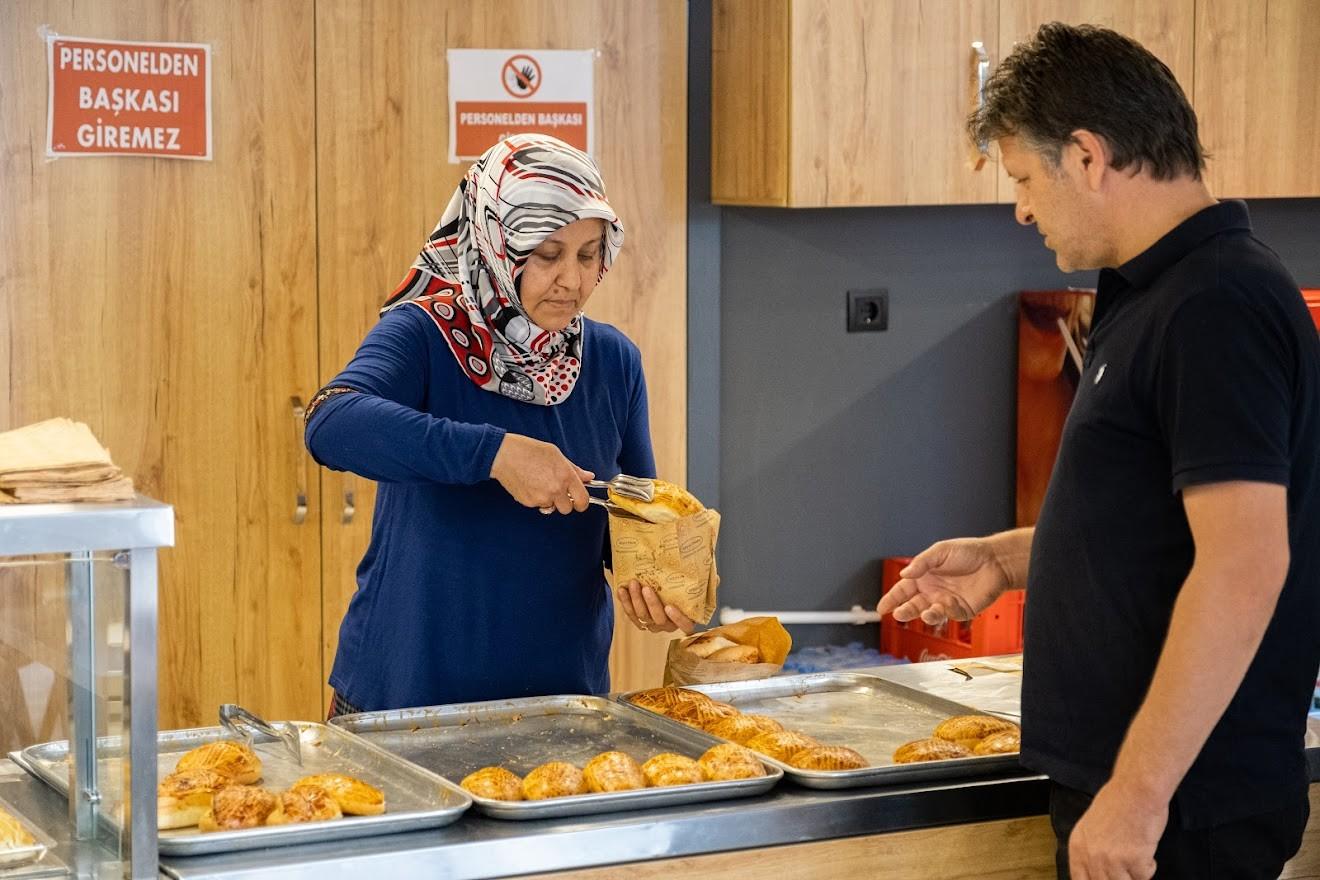 Kadınlar bir oldu, ilçenin ilk pastanesini açtı